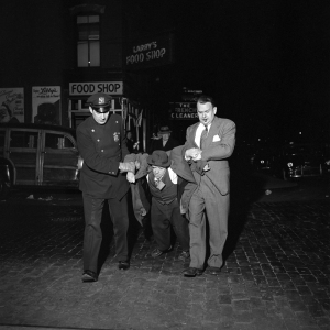 FVM_Man Being Dragged by Cops Night_ŞVivian Maier_Maloof Collection_online